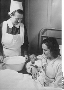 newborn -Bundesarchiv_Bild_146-1981-076-05A,_NSV-Mütterheim